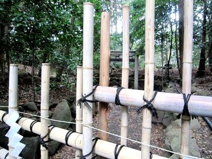 垣根越しの三柱鳥居