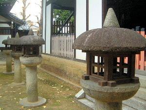 三部権現社前の石燈籠