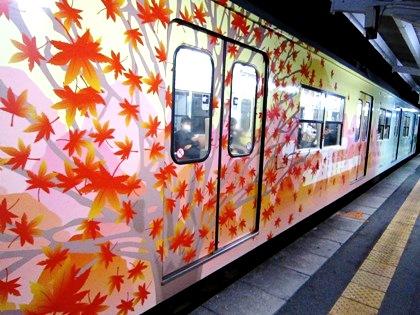 近鉄京都線 紅葉のラッピング