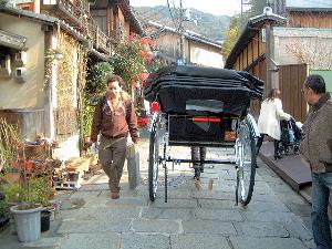祇園の街を走る人力車