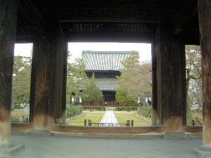 建仁寺三門から法堂を望む