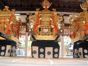 神輿 舞殿 八坂神社 祇園祭の準備