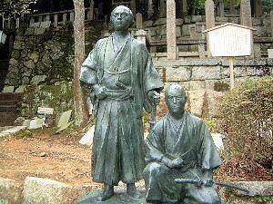 京都市街を眺める坂本龍馬と中岡慎太郎の像